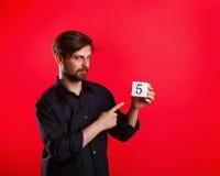 Άτομο που κρατά έναν κύβο με τον αριθμό πέντε Στοκ Εικόνες