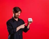 Άτομο που κρατά έναν κύβο με τον αριθμό τέσσερα Στοκ εικόνα με δικαίωμα ελεύθερης χρήσης