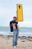 Άτομο που κρατά ένα έμβλημα δείχνοντας προς τα πάνω Στοκ φωτογραφία με δικαίωμα ελεύθερης χρήσης