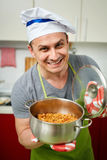 Άτομο που κρατά ένα δοχείο με stew λάχανων Στοκ Φωτογραφίες