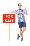 Άτομο που κρατά ένα παγωτό από το α για το σημάδι πώλησης Στοκ Εικόνες