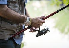 Άτομο που κρατά ένα ραβδί αλιείας Στοκ φωτογραφία με δικαίωμα ελεύθερης χρήσης