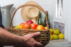 Άτομο που κρατά ένα σύνολο καλαθιών των μήλων Στοκ Εικόνα