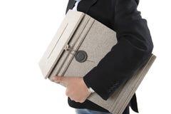 Άτομο που κρατά ένα ταχυδρομικό κουτί Στοκ Φωτογραφία