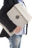 Άτομο που κρατά ένα ταχυδρομικό κουτί Στοκ Εικόνες