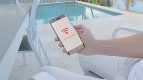 Άτομο που κρατά ένα smartphone που συνδέει με το wifi απόθεμα βίντεο