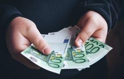 Άτομο που κρατά εκατό ευρο- τραπεζογραμμάτια στα χέρια του υπολογισμός των χρημάτων &al Στοκ Φωτογραφίες