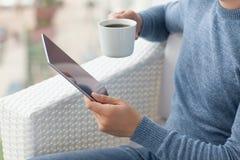Άτομο που κρατά διαθέσιμο νέο υπέρ διαστημικό γκρίζο iPad Στοκ Εικόνα