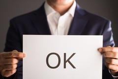 Άτομο που κρατά μια εντάξει σελίδα Στοκ φωτογραφίες με δικαίωμα ελεύθερης χρήσης