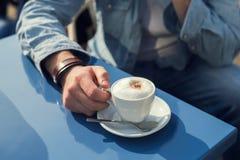 άτομο που κρατά μια κούπα του καφέ Στοκ Εικόνες