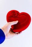 Άτομο που κρατά μια μεγάλη κόκκινη καρδιά συμβόλων στα χέρια Στοκ φωτογραφία με δικαίωμα ελεύθερης χρήσης