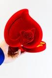 Άτομο που κρατά μια μεγάλη κόκκινη καρδιά συμβόλων στα χέρια Στοκ εικόνες με δικαίωμα ελεύθερης χρήσης