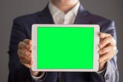 Άτομο που κρατά μια ταμπλέτα Στοκ εικόνες με δικαίωμα ελεύθερης χρήσης