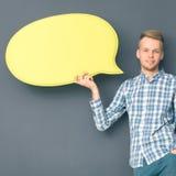 Άτομο που κρατά την άσπρη κενή λεκτική φυσαλίδα με το διάστημα για το κείμενο, Στοκ εικόνα με δικαίωμα ελεύθερης χρήσης