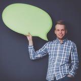 Άτομο που κρατά την άσπρη κενή λεκτική φυσαλίδα με το διάστημα για το κείμενο, Στοκ εικόνες με δικαίωμα ελεύθερης χρήσης