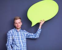 Άτομο που κρατά την άσπρη κενή λεκτική φυσαλίδα με το διάστημα Στοκ Φωτογραφία