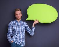 Άτομο που κρατά την άσπρη κενή λεκτική φυσαλίδα με το διάστημα Στοκ φωτογραφία με δικαίωμα ελεύθερης χρήσης