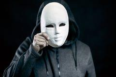 Άτομο που κρατά την άσπρη μάσκα Στοκ φωτογραφία με δικαίωμα ελεύθερης χρήσης