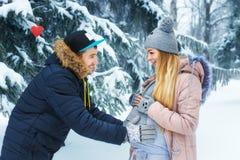 Άτομο που κρατά την έγκυο κοιλιά υπαίθρια Στοκ φωτογραφία με δικαίωμα ελεύθερης χρήσης