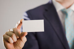 Άτομο που κρατά την κενή κάρτα buissnes Στοκ Φωτογραφίες