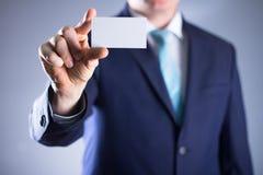 Άτομο που κρατά την κενή κάρτα buissnes Στοκ Εικόνες