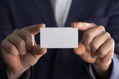Άτομο που κρατά την κενή κάρτα buissnes Στοκ εικόνες με δικαίωμα ελεύθερης χρήσης