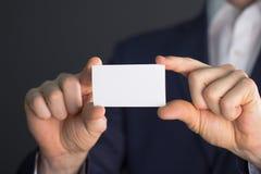 Άτομο που κρατά την κενή κάρτα buissnes Στοκ εικόνα με δικαίωμα ελεύθερης χρήσης