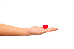 Άτομο που κρατά την κόκκινη καρδιά εγγράφου στα χέρια του Στοκ Εικόνες