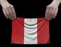 Άτομο που κρατά την περουβιανή σημαία Στοκ εικόνα με δικαίωμα ελεύθερης χρήσης