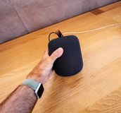 Άτομο που κρατά την πιό πρόσφατη Apple HomePod στη Apple Store Στοκ φωτογραφίες με δικαίωμα ελεύθερης χρήσης
