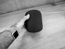 Άτομο που κρατά την πιό πρόσφατη Apple HomePod στη Apple Store Στοκ φωτογραφία με δικαίωμα ελεύθερης χρήσης