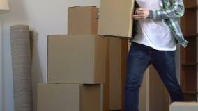 Άτομο που κρατά τη βασική φέρνοντας ουσία στο νέο διαμέρισμα, που ικανοποιεί με την επίπεδη αγορά απόθεμα βίντεο