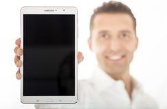 Άτομο που κρατά τη νέα ετικέττα υπέρ 8 γαλαξιών της Samsung 4 16GB Στοκ Φωτογραφίες