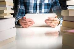 Άτομο που κρατά τον ηλεκτρονικό αναγνώστη βιβλίων στοκ φωτογραφία με δικαίωμα ελεύθερης χρήσης
