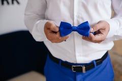 Άτομο που κρατά τον μπλε δεσμό τόξων Κομψός κύριος clother Στοκ φωτογραφία με δικαίωμα ελεύθερης χρήσης