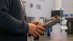 Άτομο που κρατά τον τηλεχειρισμό για βραχιόνων ρομποτικής στη βιομηχανία απόθεμα βίντεο
