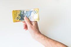 Άτομο που κρατά το αυστραλιανό τραπεζογραμμάτιο δολαρίων πενήντα Στοκ Εικόνα