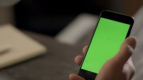 Άτομο που κρατά το κινητό έξυπνο τηλέφωνο διαθέσιμο με τη βασική οθόνη χρώματος Κινητός τρόπος ζωής απόθεμα βίντεο