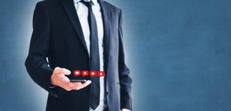 Άτομο που κρατά το κινητό τηλέφωνο, επιχειρηματίας που χρησιμοποιεί το smartphone στοκ φωτογραφίες με δικαίωμα ελεύθερης χρήσης