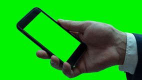 Άτομο που κρατά το μαύρο smartphone με την κενή οθόνη Στοκ Φωτογραφία
