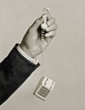 Άτομο που κρατά το μικροσκοπικό τηλέφωνο παιχνιδιών Στοκ Φωτογραφίες
