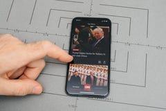 Άτομο που κρατά το νέο iphone Apple Χ 10 με Στοκ εικόνες με δικαίωμα ελεύθερης χρήσης