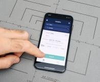 Άτομο που κρατά το νέο iphone Apple Χ 10 με Trainline app Στοκ Φωτογραφία