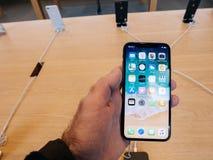 Άτομο που κρατά το πιό πρόσφατο iPhone Χ στη Apple Store στην έναρξη Στοκ φωτογραφία με δικαίωμα ελεύθερης χρήσης