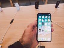 Άτομο που κρατά το πιό πρόσφατο iPhone Χ στη Apple Store στην έναρξη Στοκ εικόνες με δικαίωμα ελεύθερης χρήσης