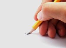 Άτομο που κρατά το σπασμένο μολύβι Στοκ Εικόνες