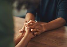Άτομο που κρατά το χέρι της φίλης του στοκ εικόνα με δικαίωμα ελεύθερης χρήσης