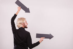 Άτομο που κρατά δύο βέλη που δείχνουν την ίδια κατεύθυνση Στοκ φωτογραφίες με δικαίωμα ελεύθερης χρήσης