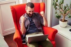 Άτομο που κραυγάζει και που εξετάζει το lap-top Στοκ Εικόνες