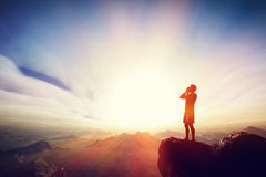Άτομο που κραυγάζει στην κορυφή του mounain Μήνυμα, που απαιτεί τη βοήθεια Στοκ εικόνες με δικαίωμα ελεύθερης χρήσης